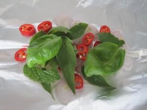 Grøntsagerne under fisken