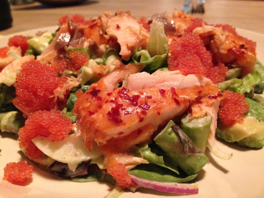 Salat med varmtrøget laks og stenbiderrogn